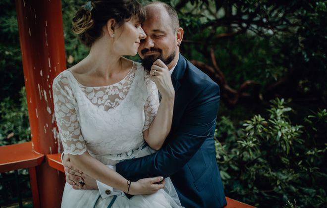 Hochzeitskleid Zweiteiler mit Spitzentop und wadenlangem Rock (Foto: Sabrinajennefotografie)