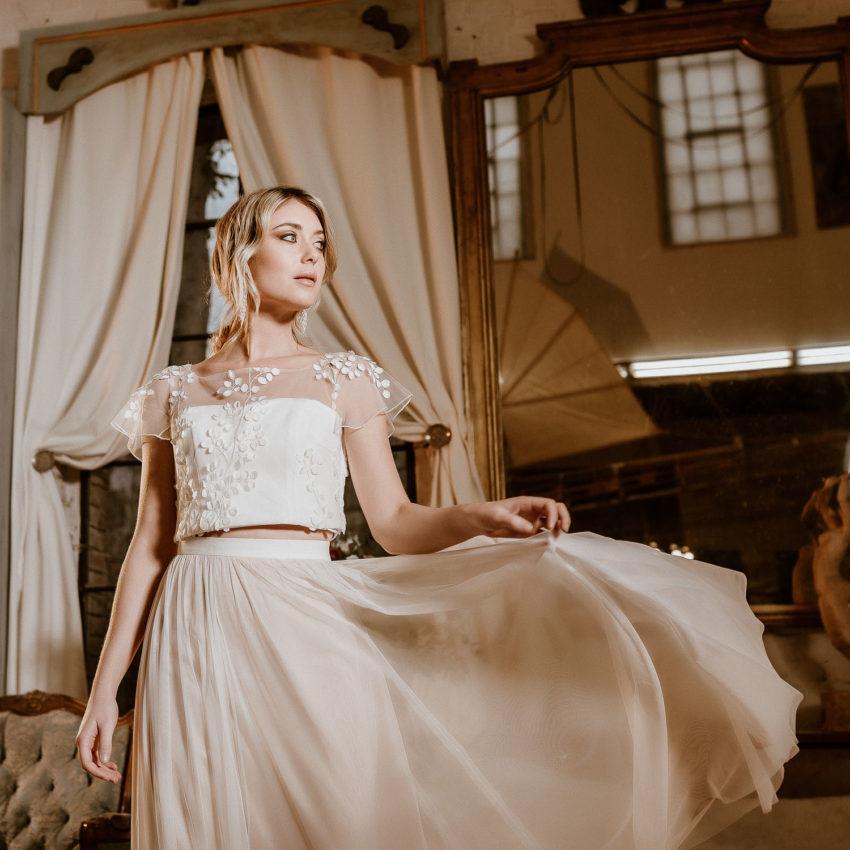 Julie – Brautkleid mit Croptop aus 3D-Spitze und Tüllrock in Ivory-Blush
