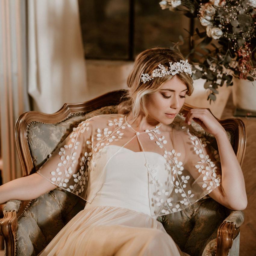 Julie Cape – Transparentes Brautcape aus feiner Spitze mit zarten 3D-Blüten