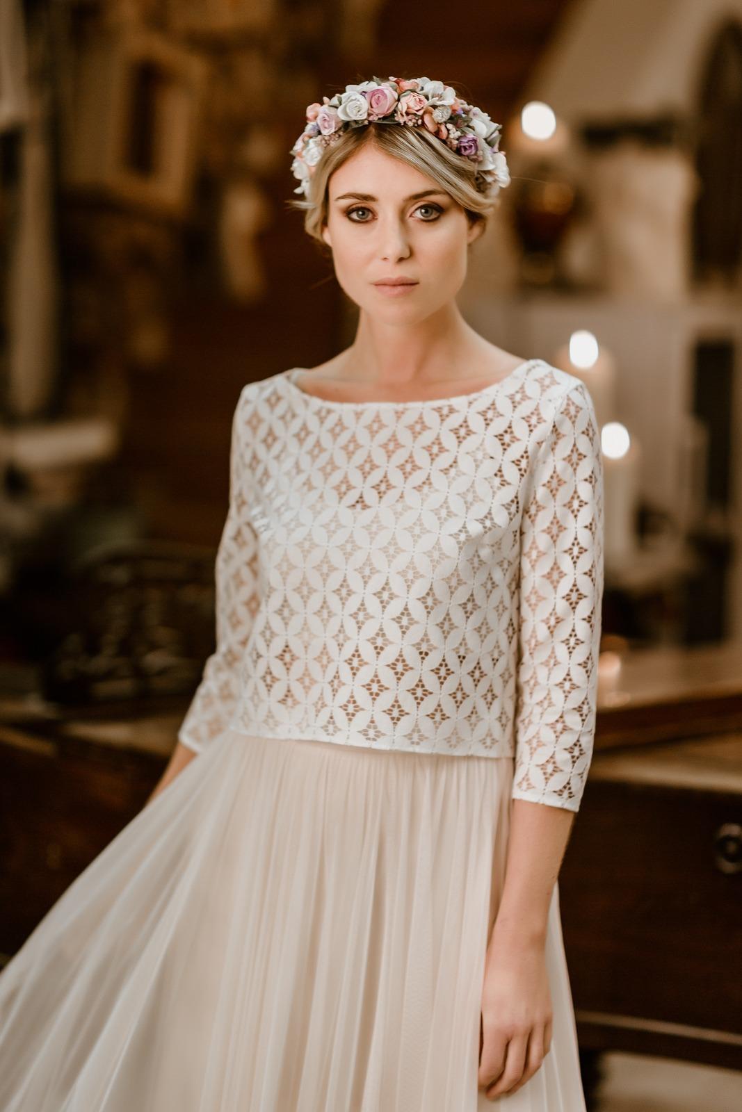 noni Jubiläumskollektion | langes Brautkleid mit Tüllrock in Puderrosa und Spitzentop, Vorderansicht (Foto: Le Hai Linh)