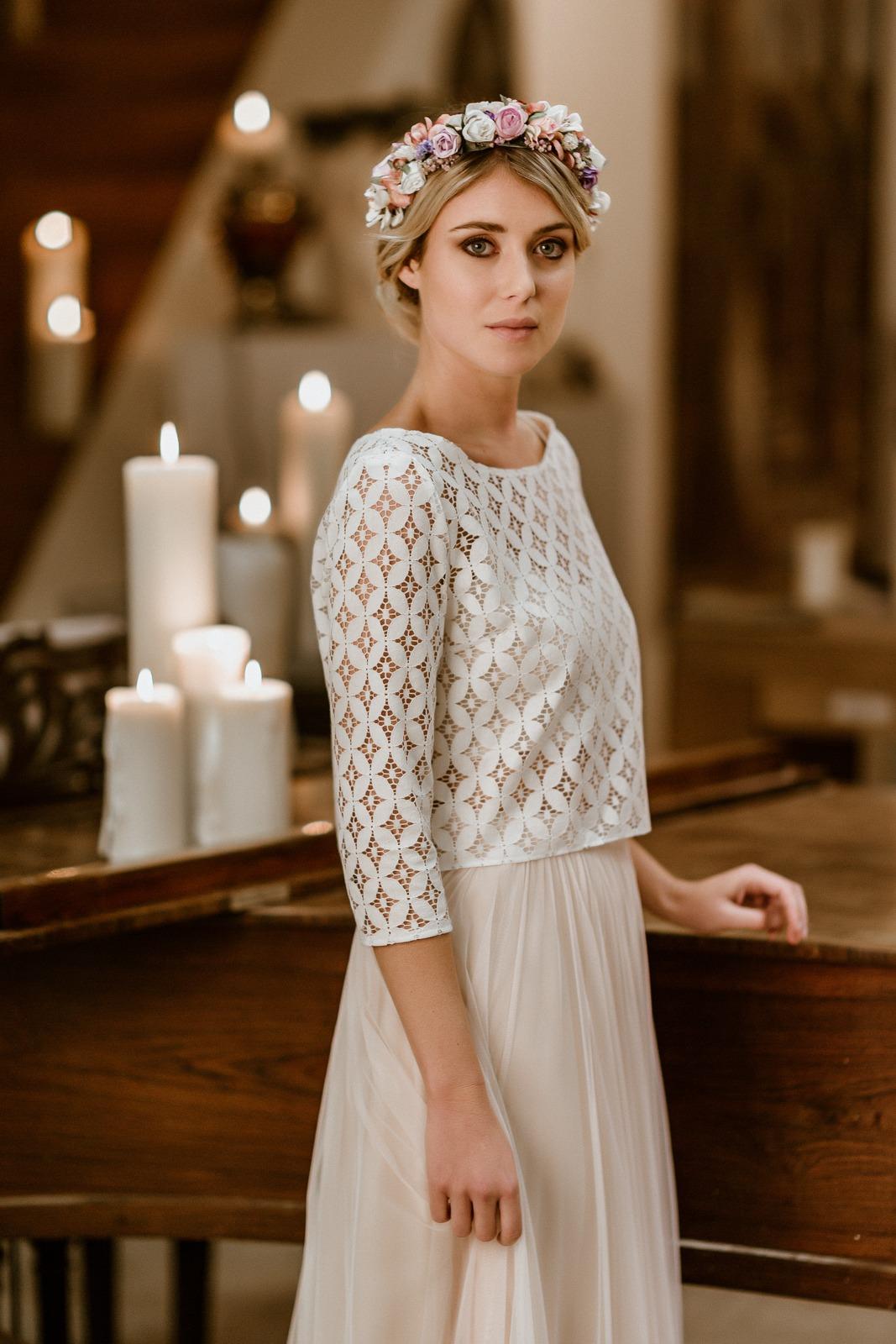 noni Jubiläumskollektion | langes Brautkleid mit Tüllrock in Puderrosa und Spitzentop, Seitenansicht (Foto: Le Hai Linh)