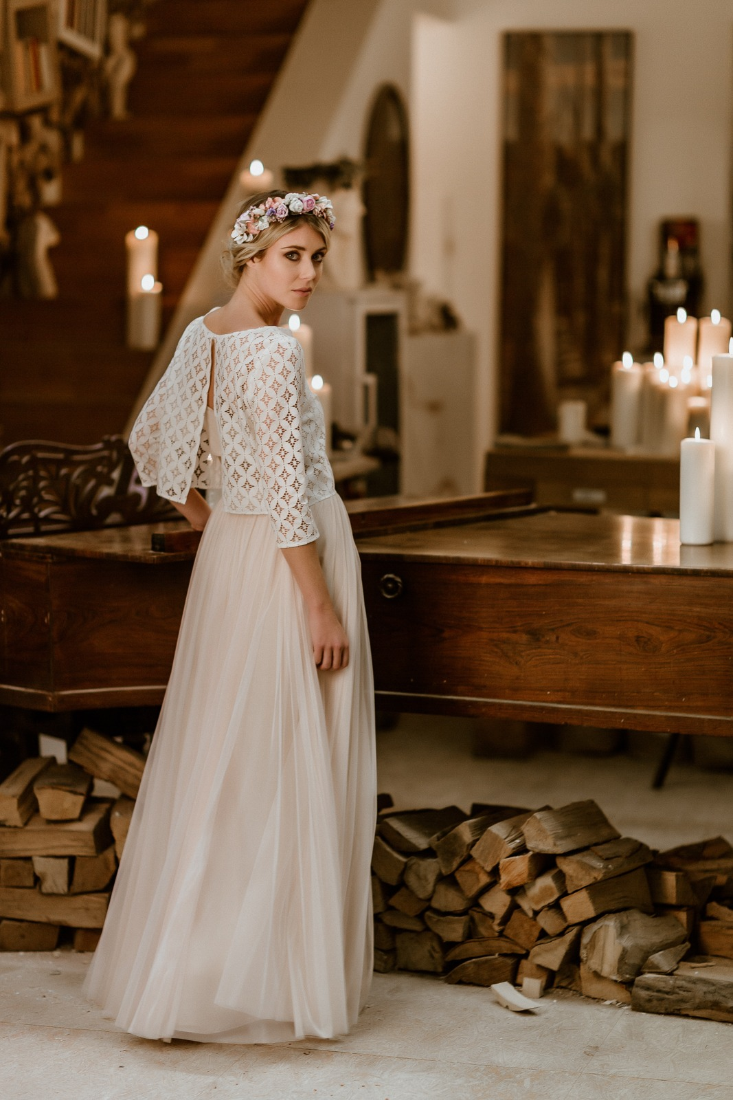 noni Jubiläumskollektion | langes Brautkleid mit Tüllrock in Puderrosa und Spitzentop, Ganzkörper-/Rückenansicht (Foto: Le Hai Linh)