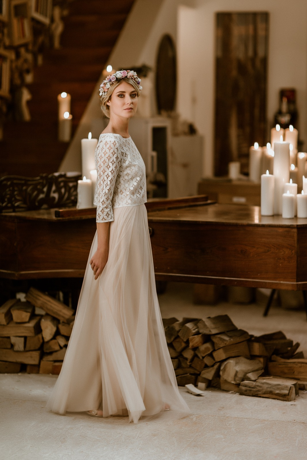 noni Jubiläumskollektion | langes Brautkleid mit Tüllrock in Puderrosa und Spitzentop, Ganzkörper-/Seitenansicht (Foto: Le Hai Linh)