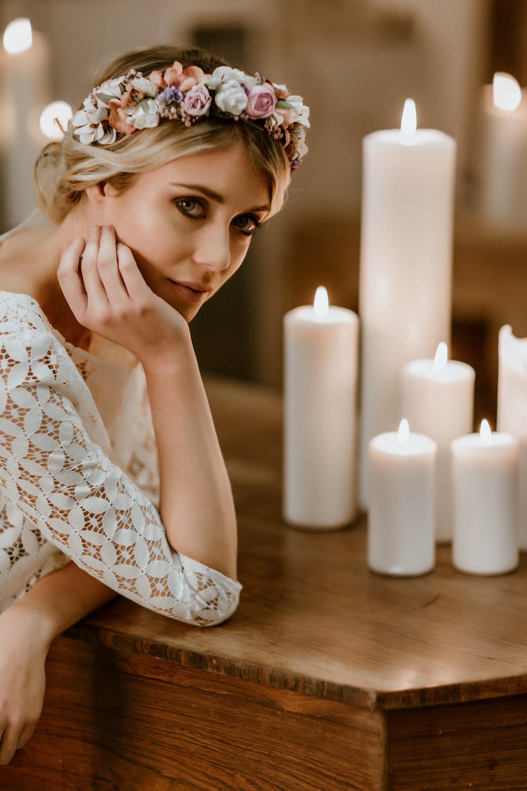 langes Brautkleid mit Tüllrock in Puderrosa und Spitzentop mit geometrischem Muster