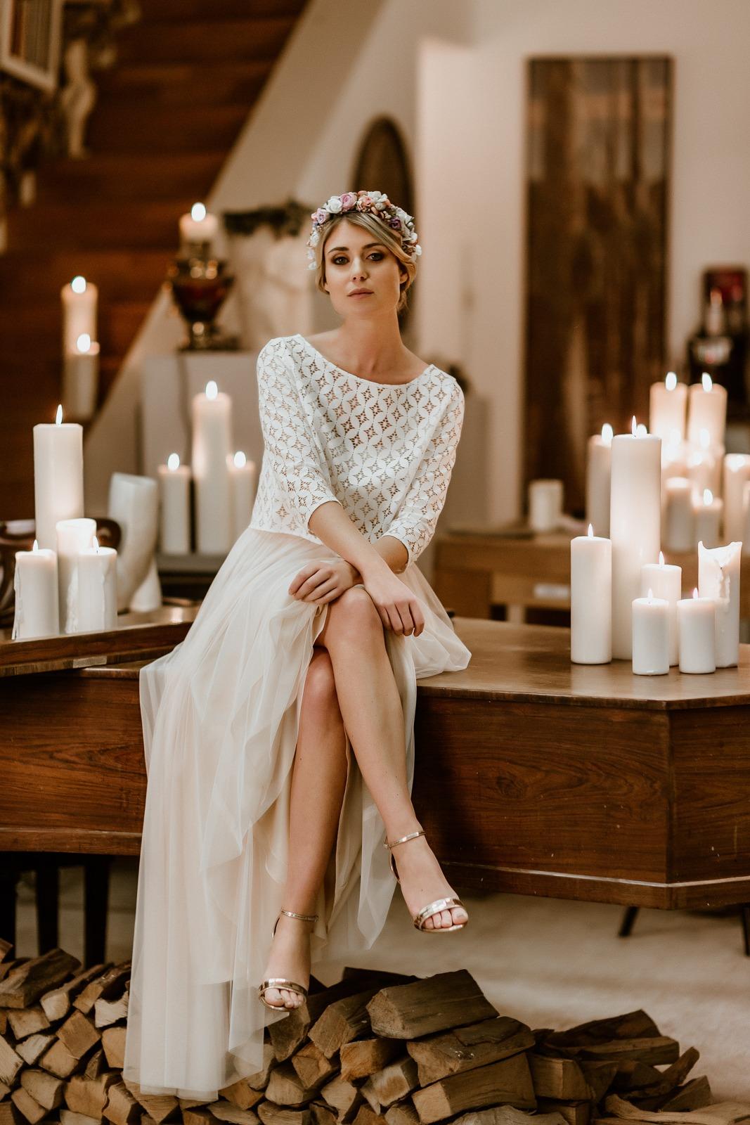 langes Brautkleid mit Tüllrock in Puderrosa und Spitzentop, Ganzkörperansicht, Modell sitzend
