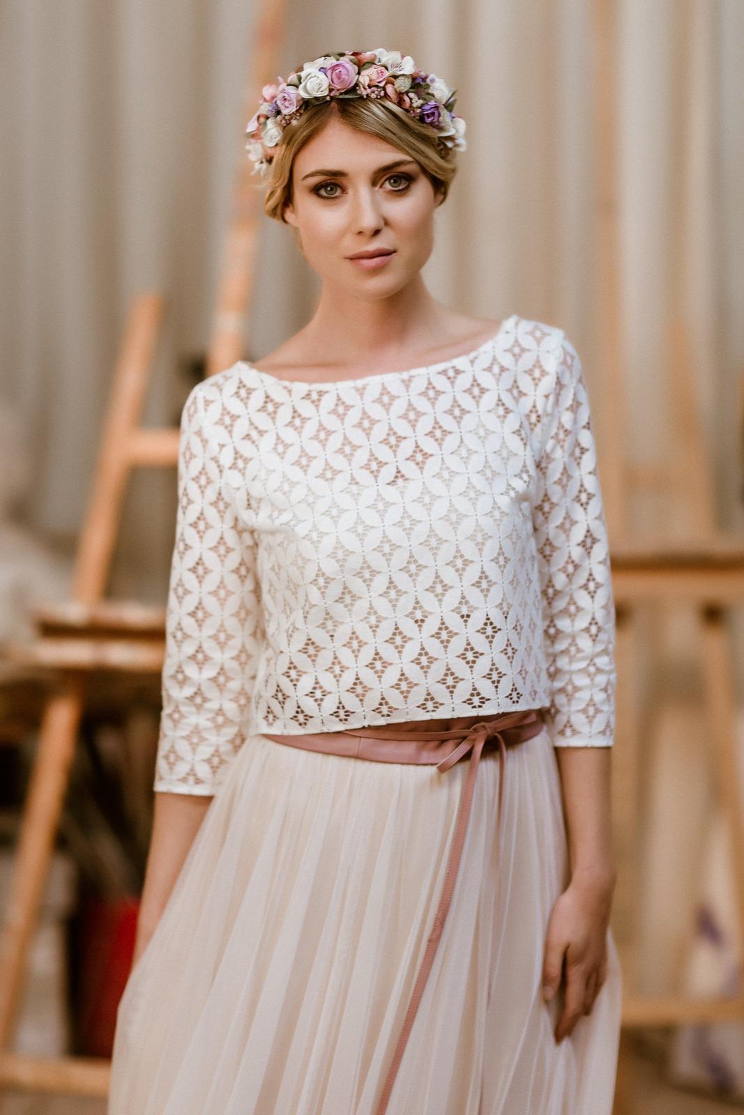 noni Jubiläumskollektion | langes Brautkleid mit Tüllrock in Puderrosa und Spitzentop, Frontalansicht (Foto: Le Hai Linh)