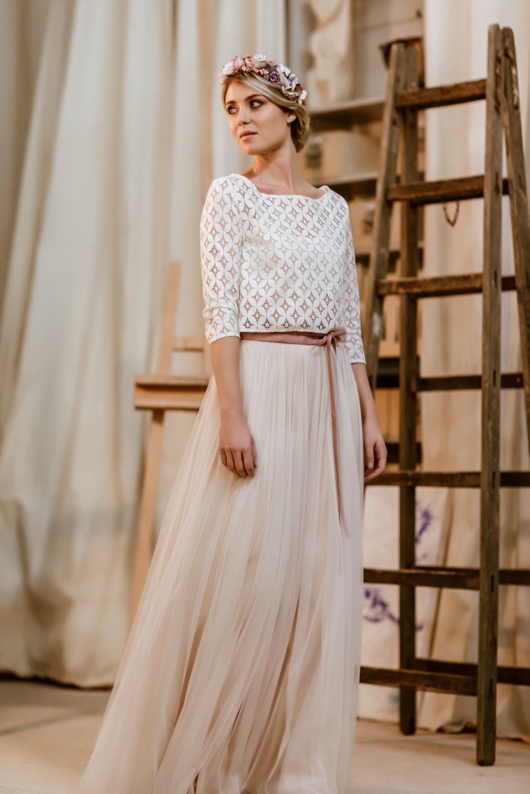 noni Jubiläumskollektion | langes Brautkleid mit Tüllrock in Puderrosa und Spitzentop, Ganzkörper-/Vorderansicht (Foto: Le Hai Linh)