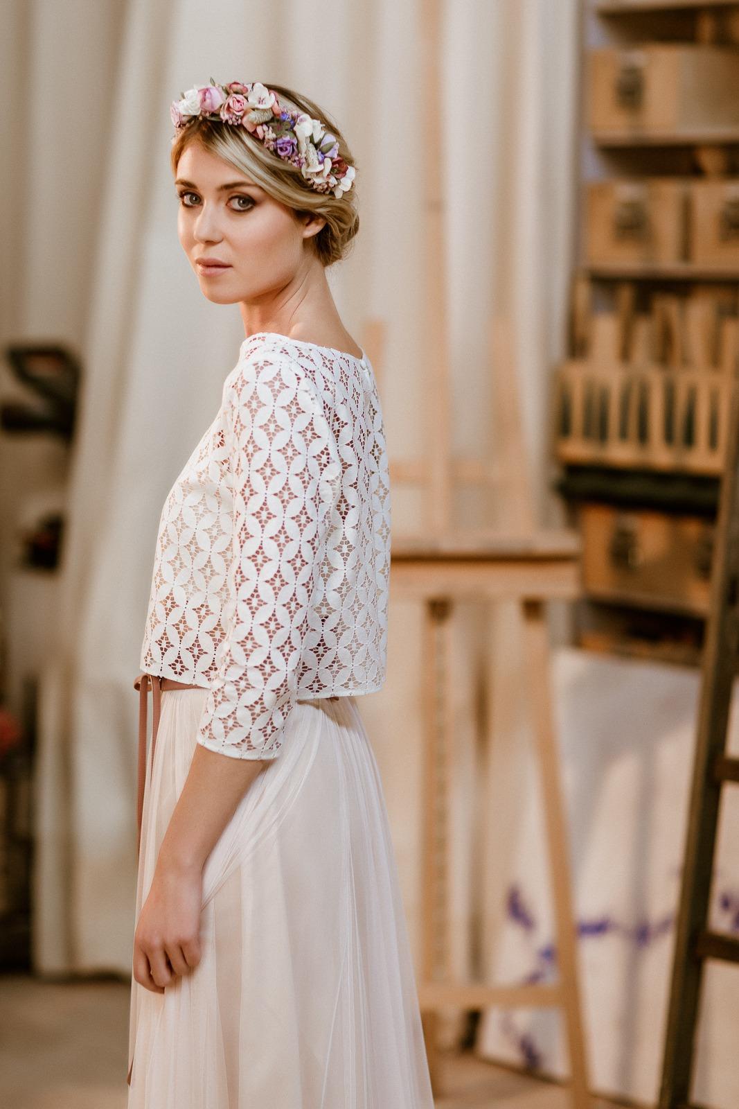 langes Brautkleid mit Tüllrock in Puderrosa und Spitzentop, Seitenansicht