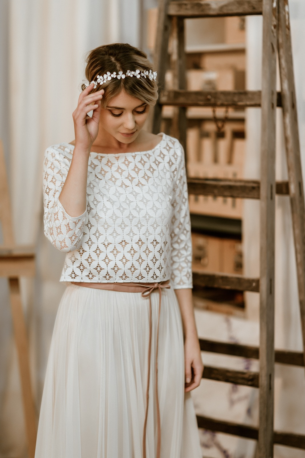 noni Jubiläumskollektion | Braut-Spitzentop mit geometrischem Muster mit langem Tüllrock in Blush (Foto: Le Hai Linh)