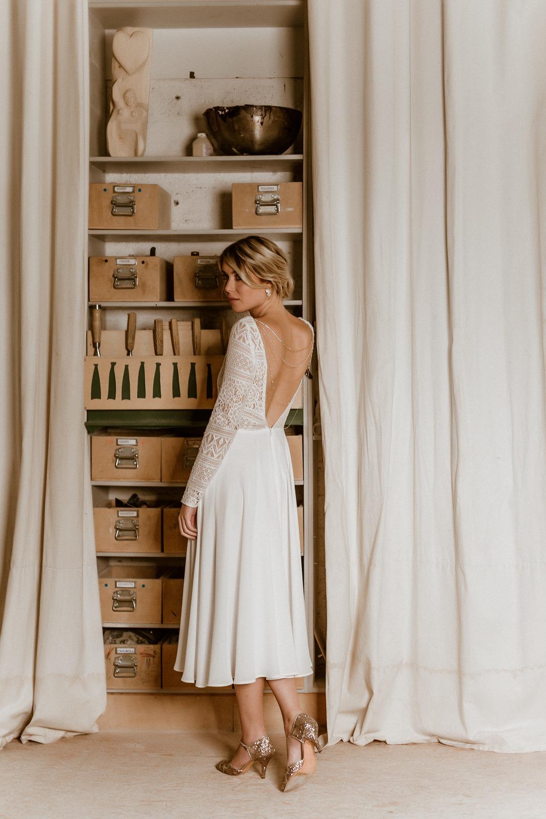 Rückenfreies Midi-Brautkleid aus Boho-Spitze und Crêpe in Ivory, Rückenansicht