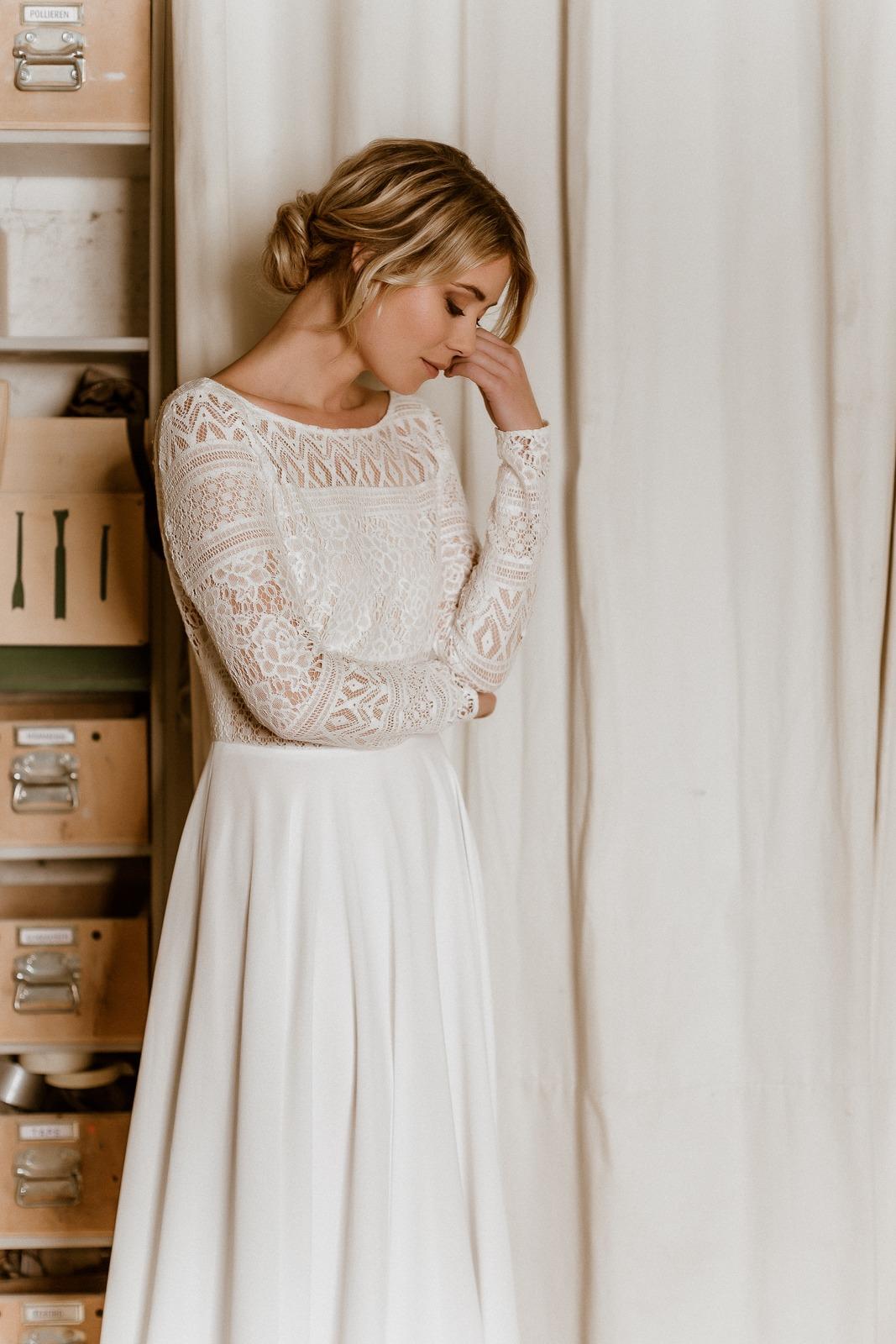 noni Jubiläumskollektion | Rückenfreies Midi-Brautkleid aus Boho-Spitze und Crêpe in Ivory, Vorderansicht (Foto: Le Hai Linh)
