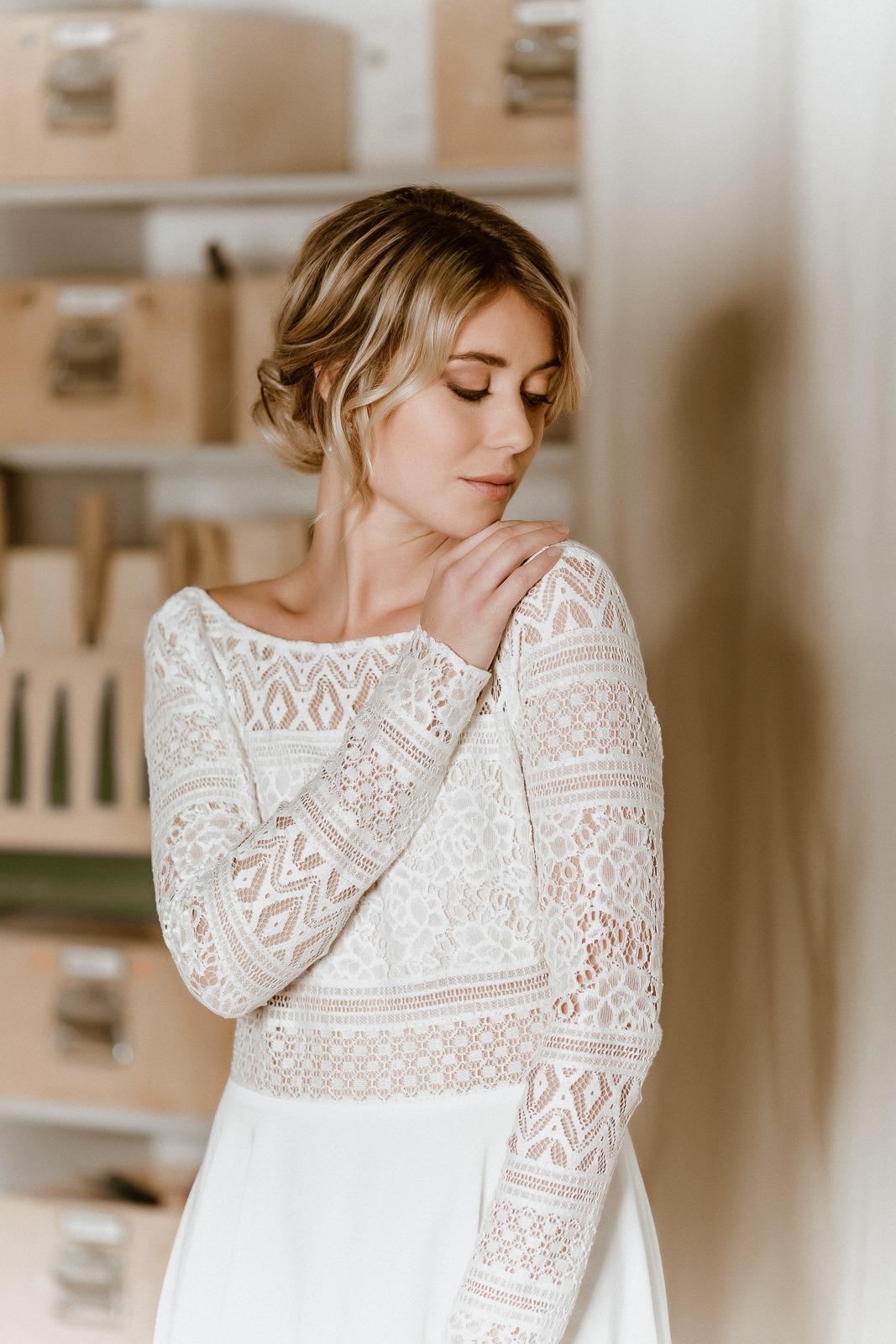 Rückenfreies Midi-Brautkleid aus Boho-Spitze und Crêpe in Ivory, Frontalansicht
