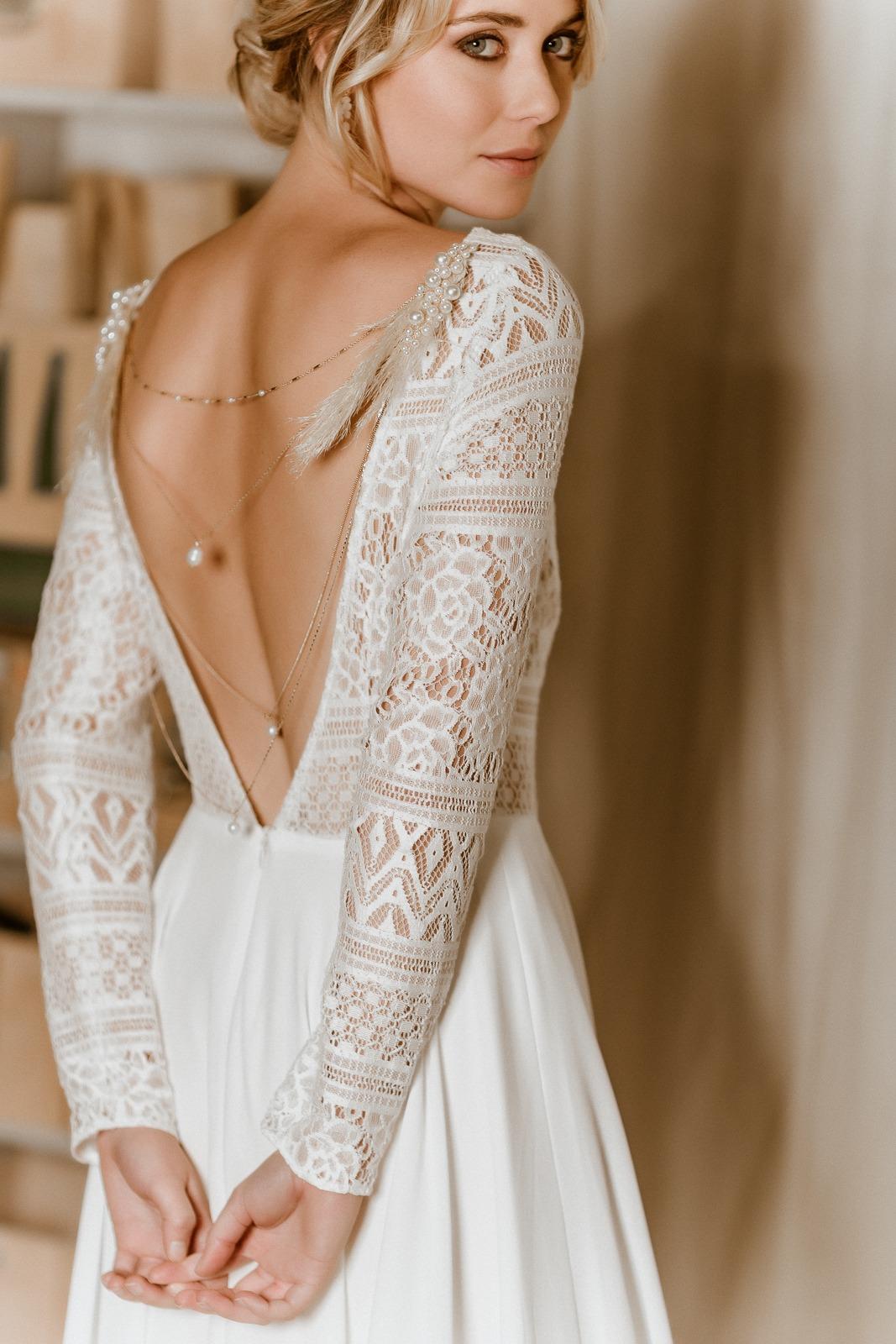 noni Jubiläumskollektion | Rückenfreies Midi-Brautkleid aus Boho-Spitze und Crêpe in Ivory, Rückenansicht (Foto: Le Hai Linh)