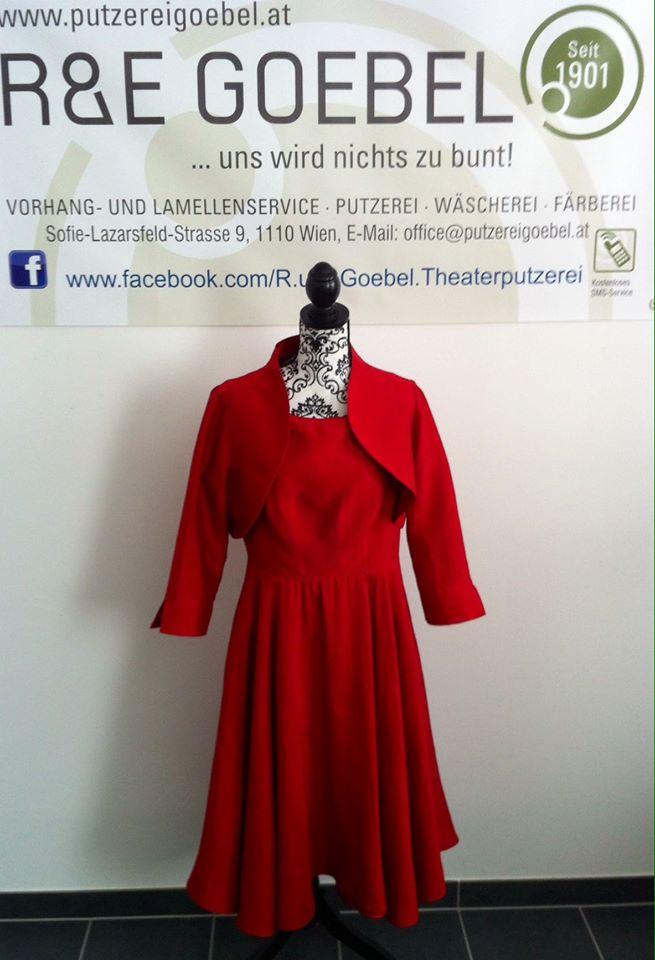 Hochzeitskleid nach der Hochzeit in Rot eingefärbt bei der Färberei Göbel in Wien