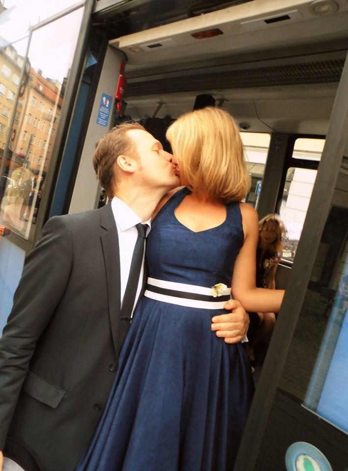 Brautkleid nach der Hochzeit in dunkelblau eingefärbt bei der Färberei Göbel in Wien