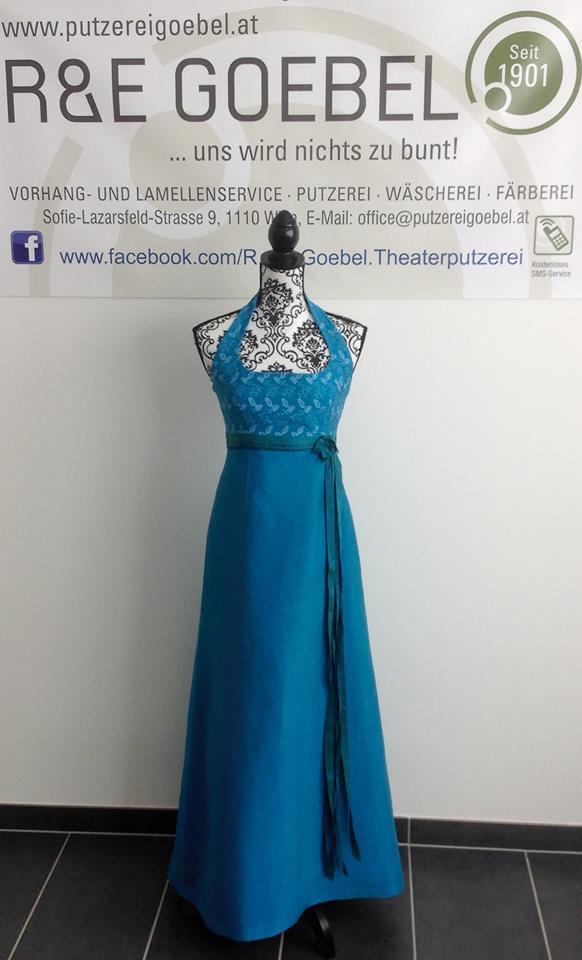 noni- langes Neckholder Brautkleid aus reiner Seide, nach der Hochzeit eingefärbt in mittelblau von der Färberei Goebel in Wien