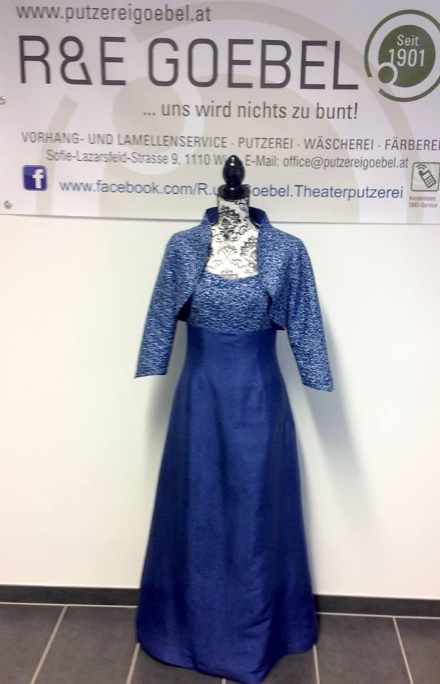 schlichtes langes Brautkleid mit passendem Jäckchen, nach der Hochzeit in kräftigem Blau eingefärbt