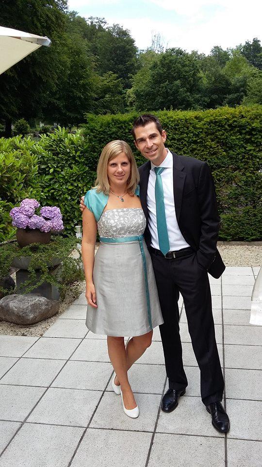 kurzes schulterfreies Brautkleid, nach der Hochzeit in hellem Grau eingefärbt