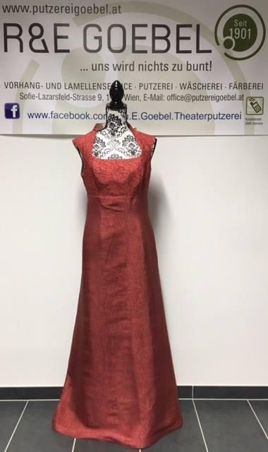 langes elegantes Brautkleid mit Carréeausschnitt und kleinem Kragen, nach der Hochzeit in Rostrot eingefärbt