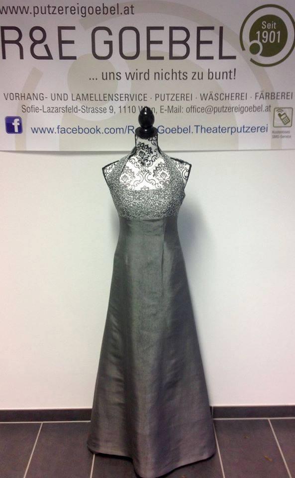 langes elegantes Brautkleid mit zarter Bestickung, nach der Hochzeit in edlem Silbergrau eingefärbt und nun als Abendkleid weiter tragbar