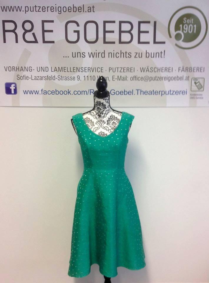 kurzes gepunktetes Brautkleid, nach der Hochzeit in Smaragdgrün eingefärbt und nun zu vielen weiteren Anlässen tragbar