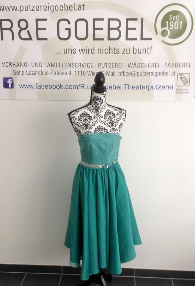 modernes Brautkleid mit grafischer Bestickung, nach der Hochzeit in kräftigem Mint eingefärbt