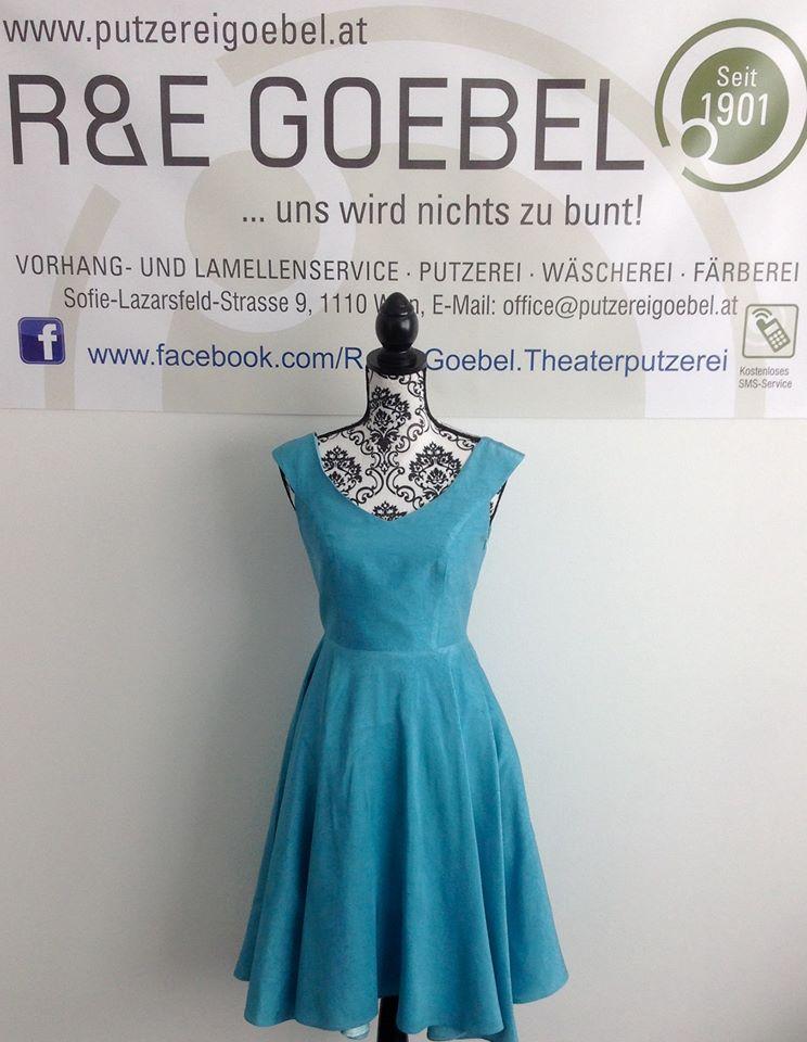 kurzes Brautkleid mit schwingendem Rock, nach der Hochzeit in Hellblau eingefärbt