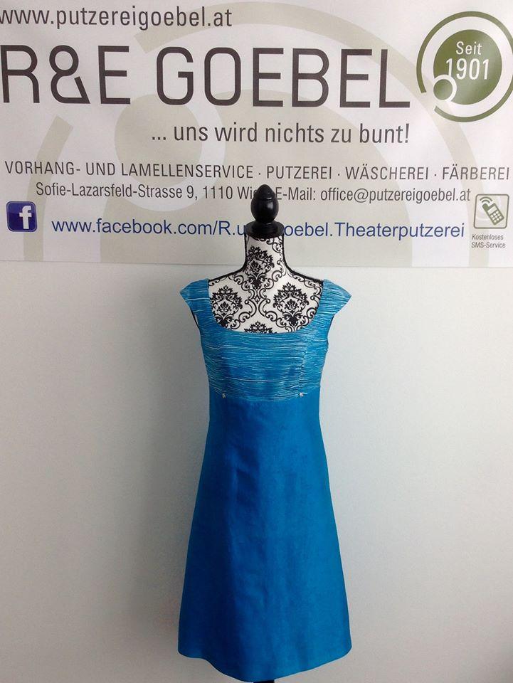 kurzes Brautkleid mit Carrée-Ausschnitt, nach der Hochzeit in kräftigem Blau eingefärbt und nun als Sommerkleid weiter tragbar