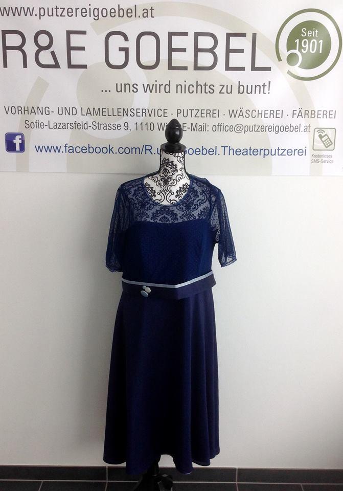 Brautkleid mit Tülloberteil mit Punkten, nach der Hochzeit in Dunkelblau eingefärbt
