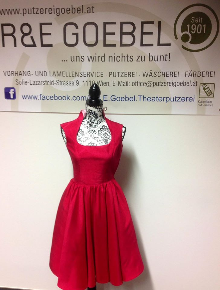 kurzes, schlichtes Brautkleid, nach der Hochzeit in Rot eingefäbrt um es weiter anziehen zu können