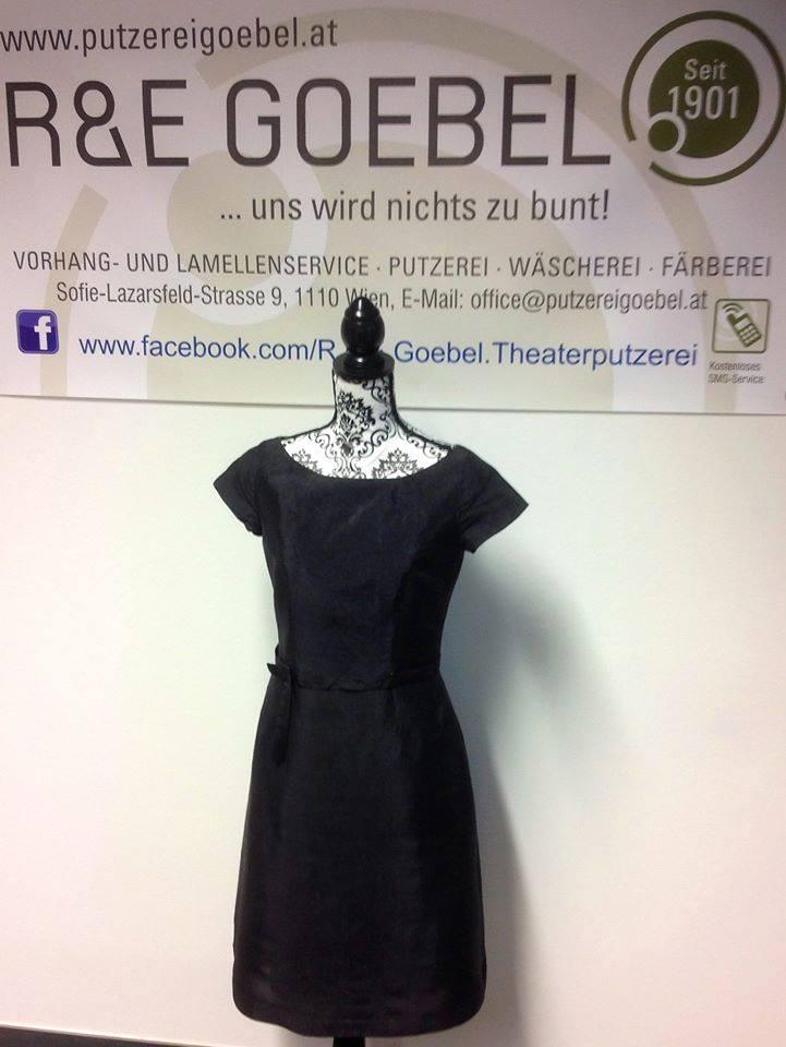 Kurzes knielanges Brautkleid nach der Hochzeit schwarz eingefärbt bei der Brautkleid Färberei Goebel in Wien