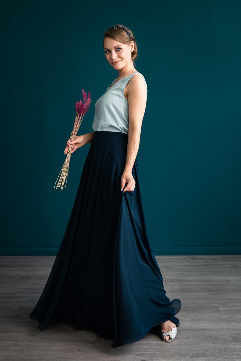 noni, zweiteiliges farbiges Brautkleid mit dunkelblauem Tüllrock und ärmellosem Brauttop