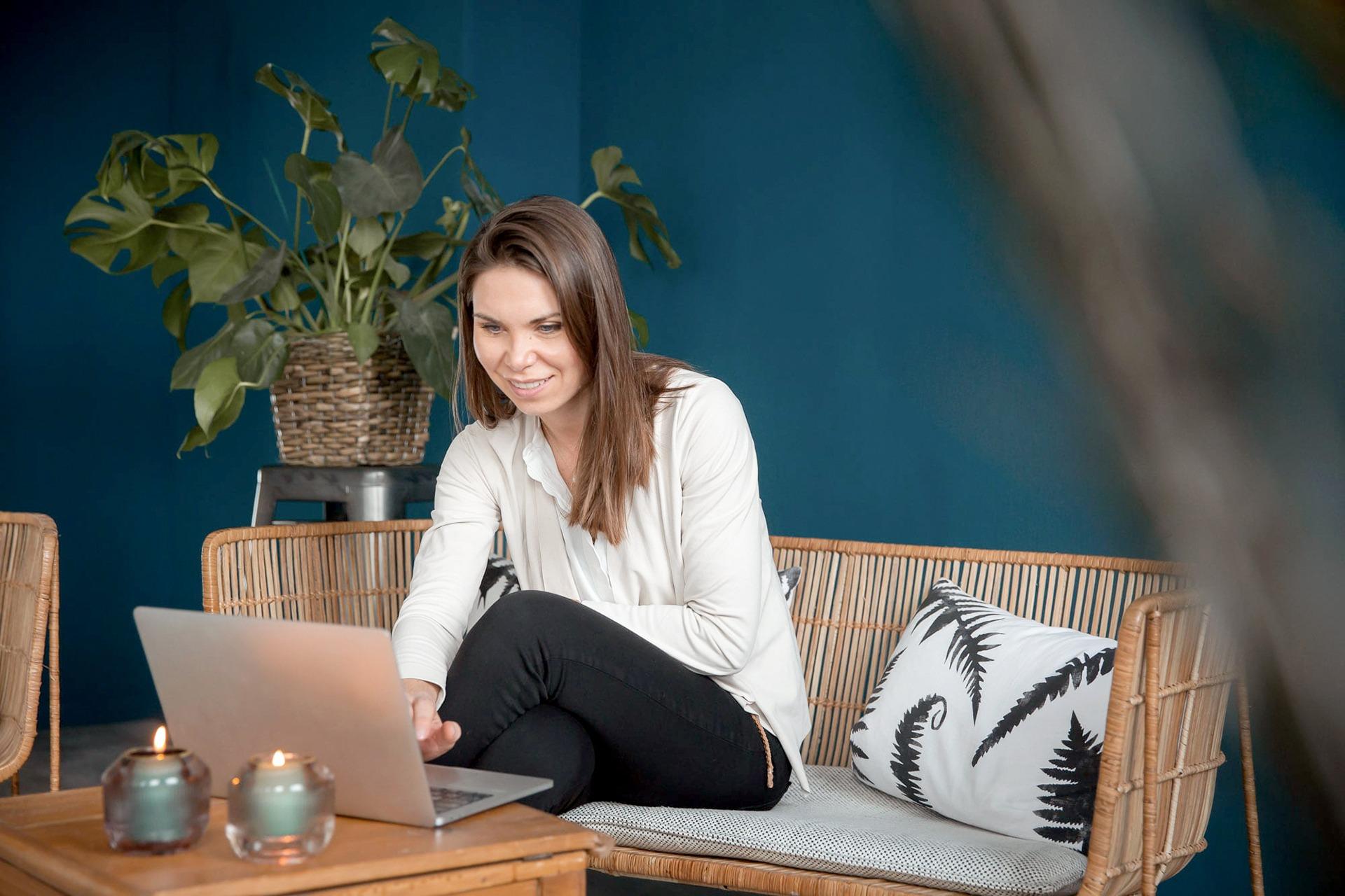 Frau am Laptop auf einem Sofa