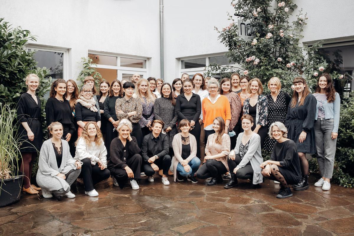 Team Foto von Mitarbeiterinnen vor dem noni Showroom in Köln