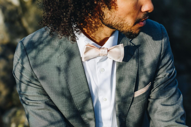 Fliege für den Bräutigam in Nude, zum Boho Brautkleid mit Spitze und Tüllrock
