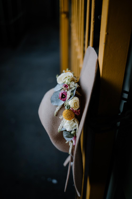 Boho Braut Inspiration mit Braut Pullover und Tüllrock in Grau