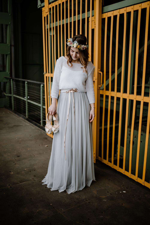 Boho Braut Inspiration mit Braut Pullover und Tüllrock in Grau (Foto: Mieke Feirer Fotografie)