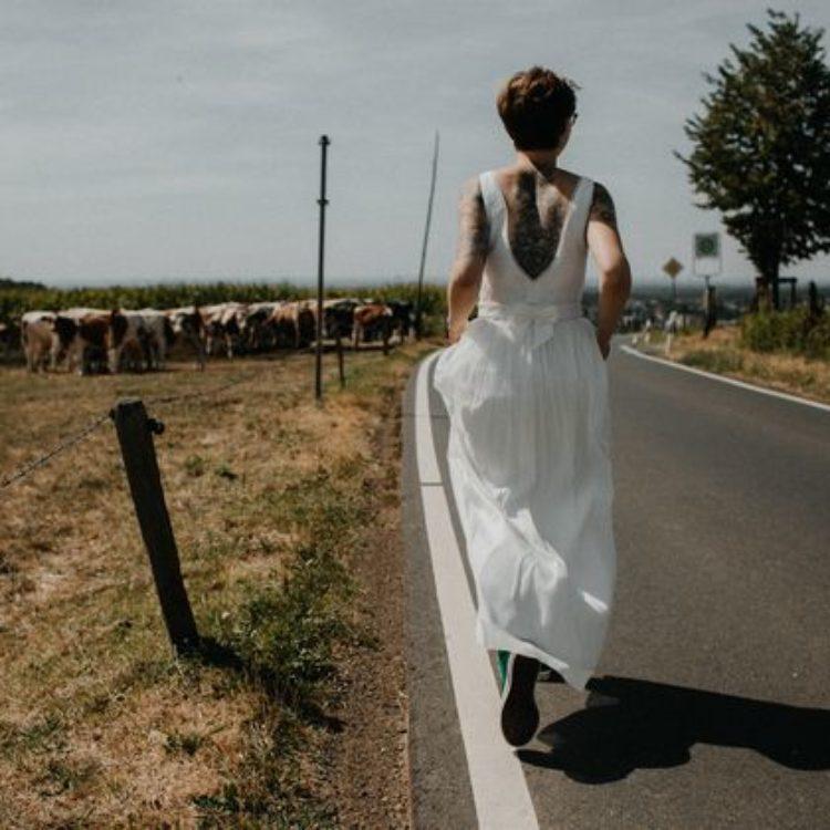 Boho Braut mit Chucks und Tattoos