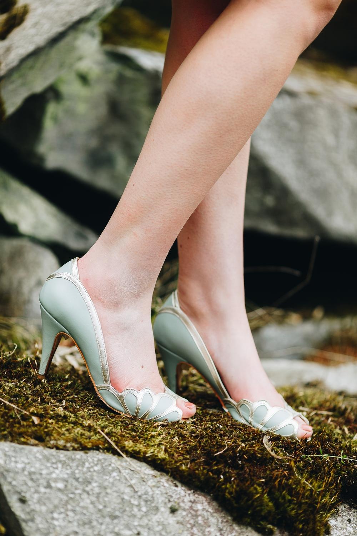 noni Brautkleider 2018 - jetzt entdecken! | Brautschuhe mit Mint und Gold von Rachel Simpson Shoes (Foto: Le Hai Linh)