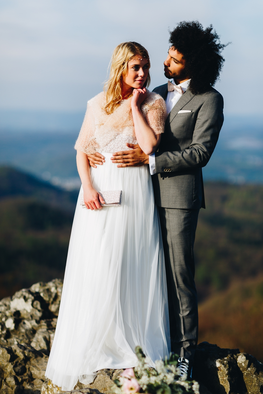 noni Brautkleider 2018 - jetzt entdecken! | Braut Schal zum Boho Brautkleid mit Spitze und Tüllrock (Foto: Le Hai Linh)
