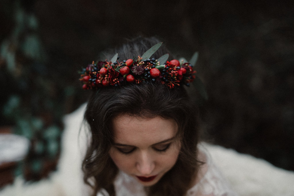 Braut Blumenkranz rot, mit Beeren (Foto: Josee Lamarre)