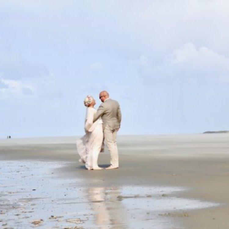 Braut Tüllrock in Blush kombiniert mit Brautpullover und Blumenkranz