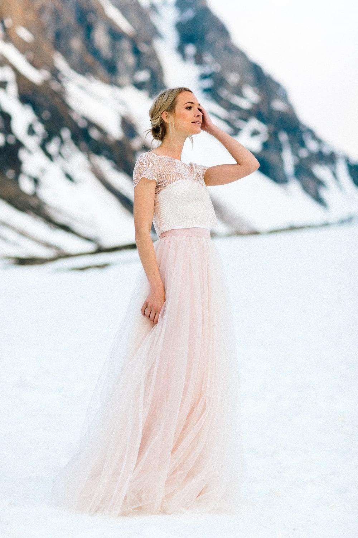 Brautkleid in Rosa mit Perlen Top und Tüllrock