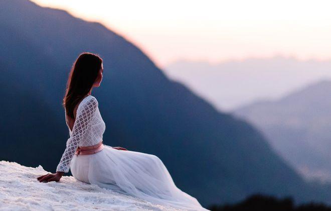 Brautkleid rückenfrei mit langem Ärmel (Foto: Jennifer Nilsson, Le Hai Linh)