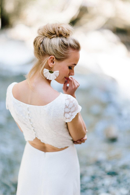 noni Brautkleider 2019 | Brautkleid rückenfrei, mit Spitze und Ärmel (Foto: Jennifer Nilsson, Le Hai Linh)