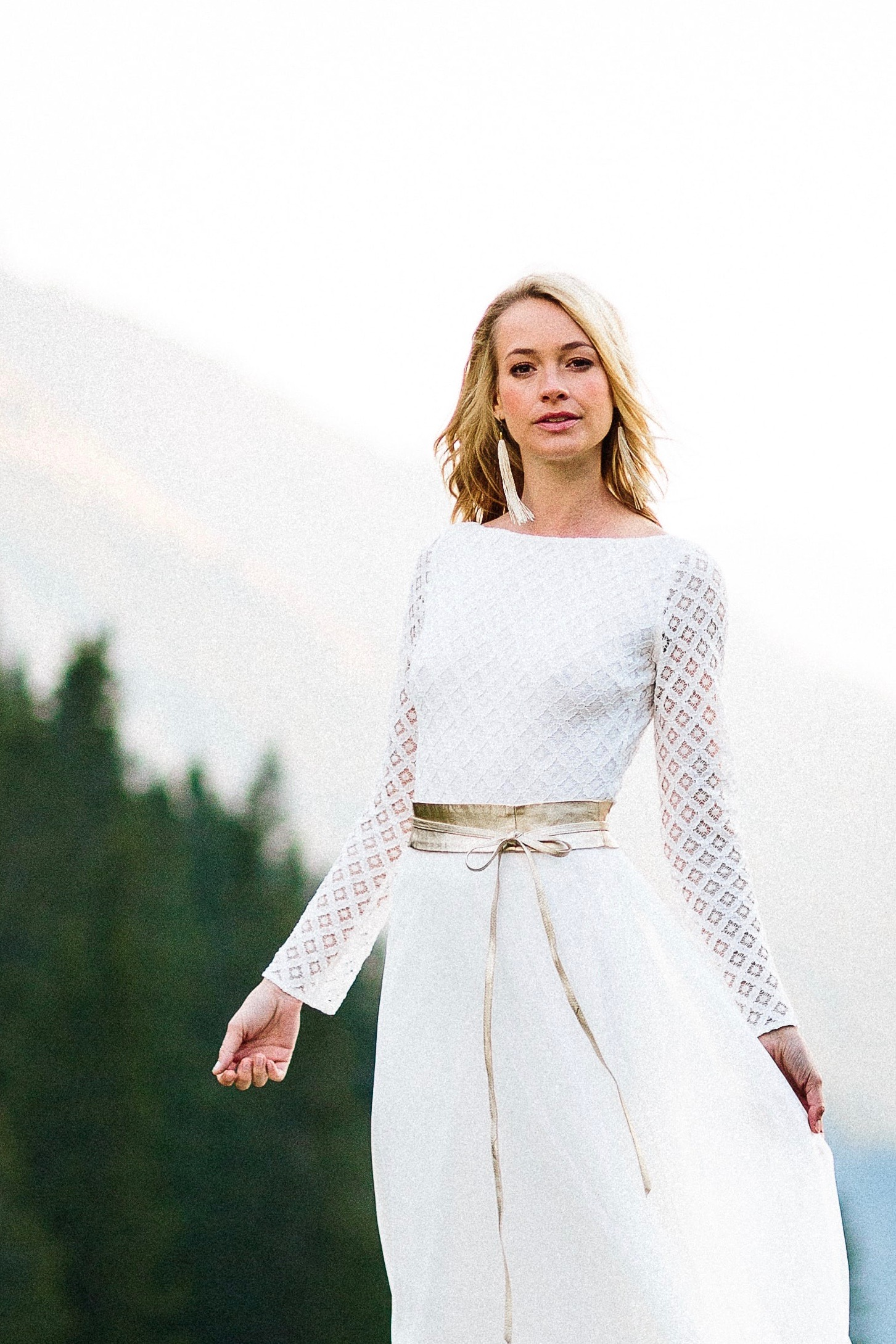 Brautkleid, schlicht, mit geometrischer Spitze für die Hochzeit