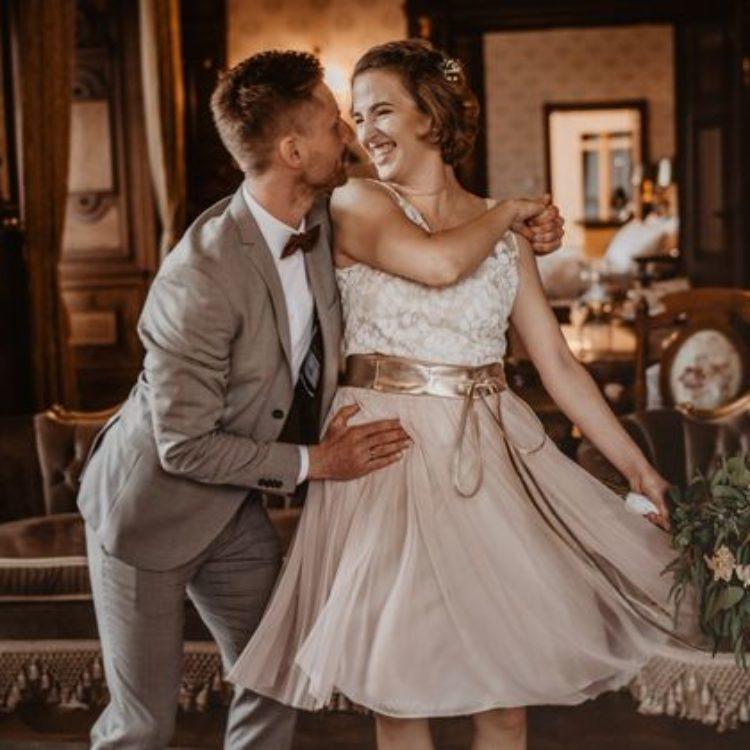 Brautkleid aus kurzem Tüllrock und Botanikspitze