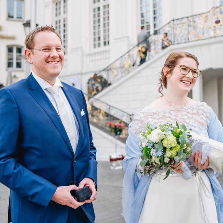 Brautkleid aus schlichtem Glockenrock und Botanik Spitzentop in Blau