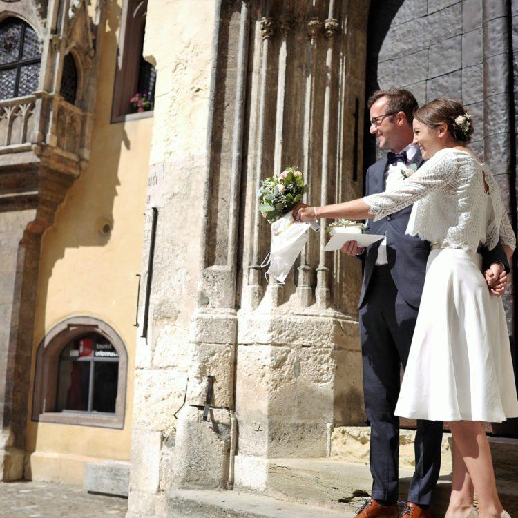 Brautkleid aus schlichtem Seidenrock in wadenlang und Boho Brautjäckchen