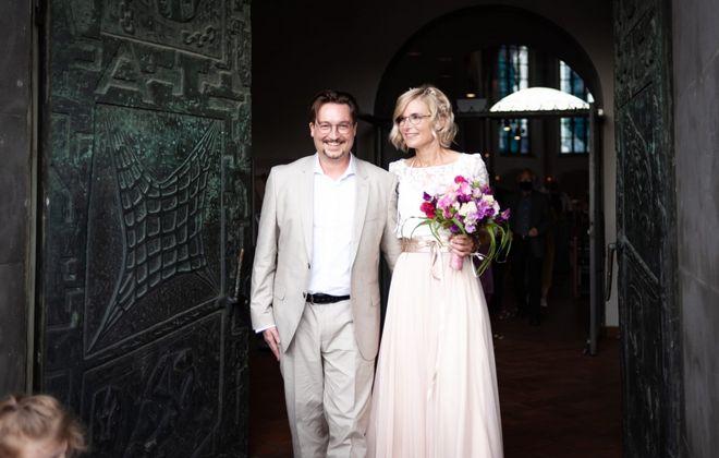 Brautkleid aus Spitzentop mit Botanikspitze und Tüllrock in Blush Rosa (Foto: Mike Koslinck und Jolina Born)